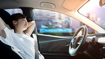 Frau sitzt in Fahrersitz von Auto, lehnt sich zurück. Darüber Schriftzug Autopilot mode
